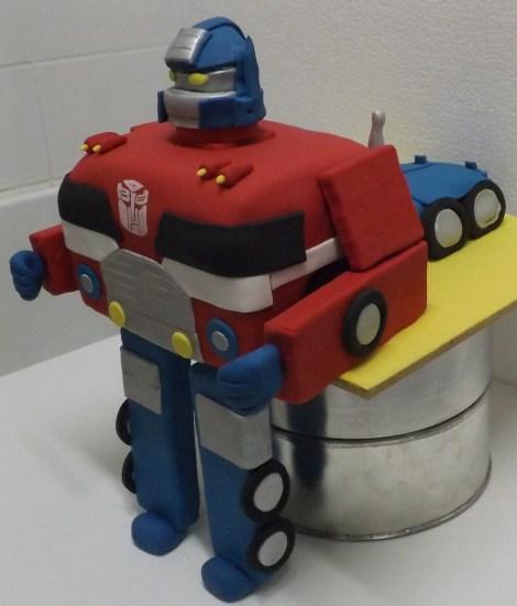 Bolo Transformes - o bolo que é um caminhão e se transforma e um robô.