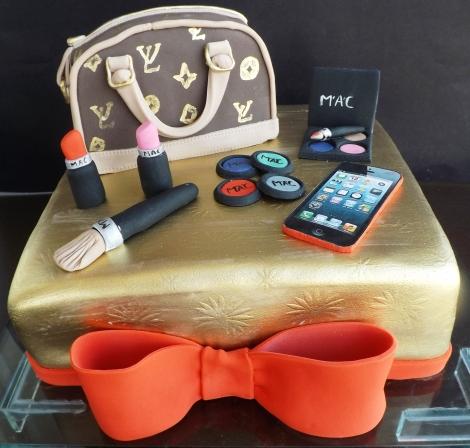 Bolo bolsa Louis Vuitton e maquiagens MAC